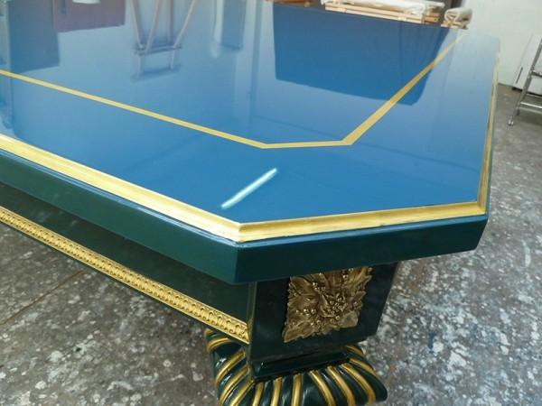 Table en laque bleue à liserés dorés