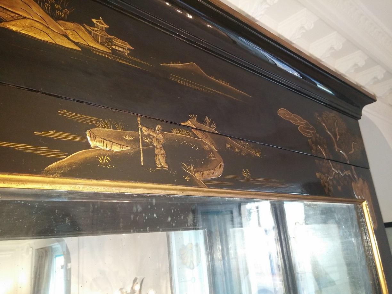 Vitrine européenne en vernis Martin et décor chinoisant à l'or