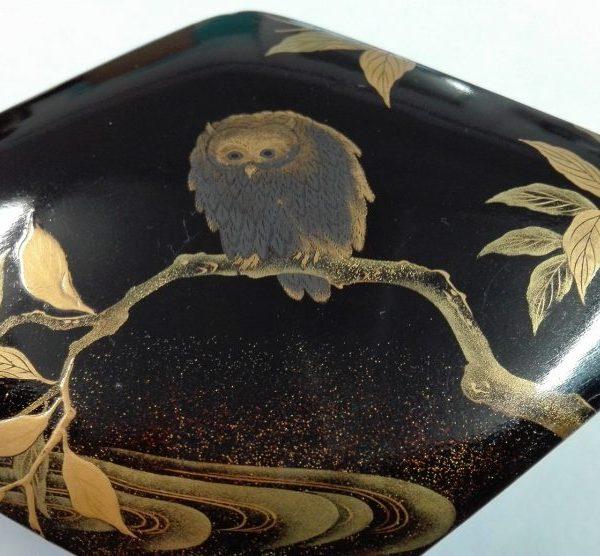 Boite en laque urushi aux décors et poudrés or