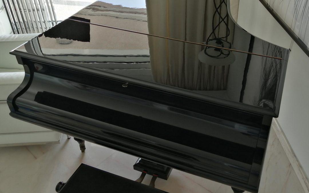 Piano Steinway – Restauration et re-laquage du plateau