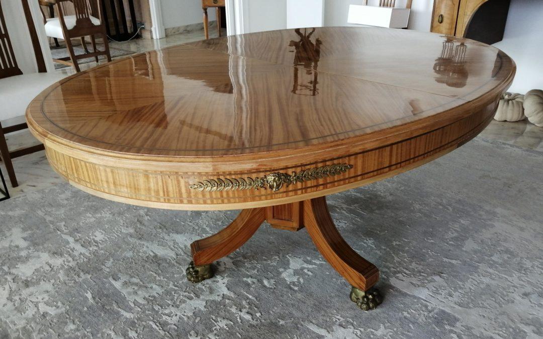 Table Napoleon III – Restauration du plaquage et application d'un vernis moderne (à la demande du client) pour une utilisation quotidienne.