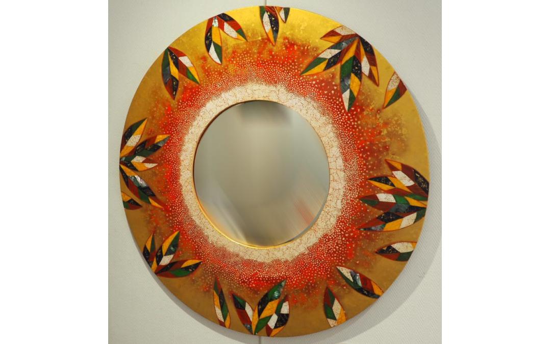 Miroir composé de laque matiéré puis doré à l'or 24cts avec incrustations de coquilles d'œufs, de nacres et copeaux d'or (diamètre:80cm)